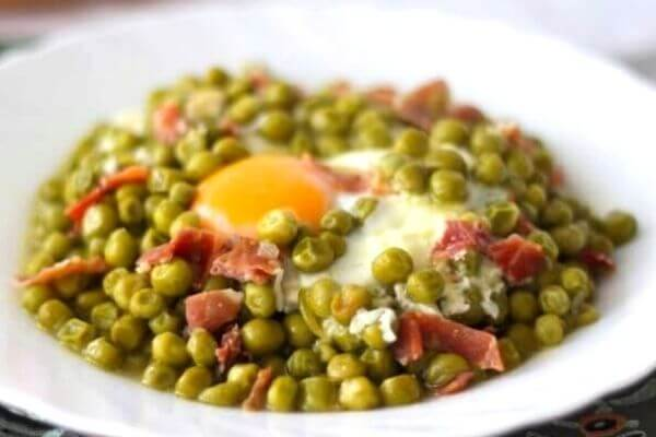 guisantes con huevo y jamón receta