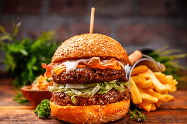 quién inventó la hamburguesa